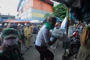 Petugas saat menertibkan PKL liar Pasar Anyar