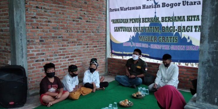 Jurnalis FWHBU dan Aktivis The Green Berbagi Santunan Yatim Piatu di Rumpin