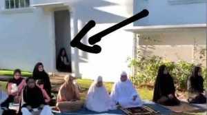 Penampakan sosok misterius saat Wali Kota Bogor Salat Id bersama keluarga. (Foto: Instagram Alfianbudipermana)