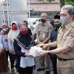 Wakil Wali Kota Bogor Dedie A. Rachim didampingi Camat Bogor Selatan Hidayatulloh dan Lurah Genteng Yusef Farizal secara simbolis