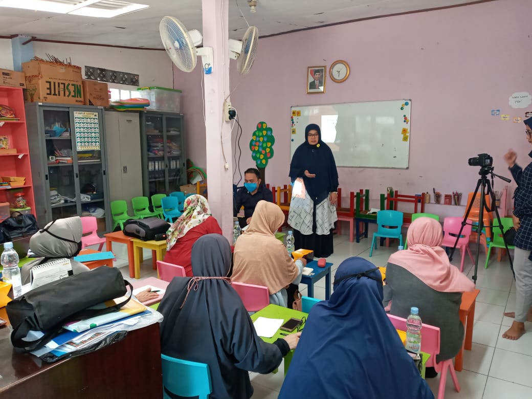Mursidah Rahmah,   ketua Tim PkM dan KA Prodi Pendidikan Bahasa Inggris