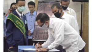 Kepala Cabang Dinas Pendidikan Wilayah I, Drs. Dadang Sufyan Saifullah, M. Pd. saat menandatangi berita acara pelantikan FPSH HAM Kab. Bogor. (Terkini.id)