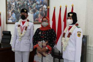 Dua Paskibraka asal Bogor dapat penghargaan bupati.